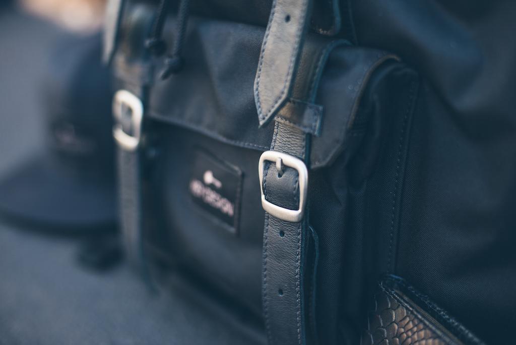 detalhes mochila de couro preta