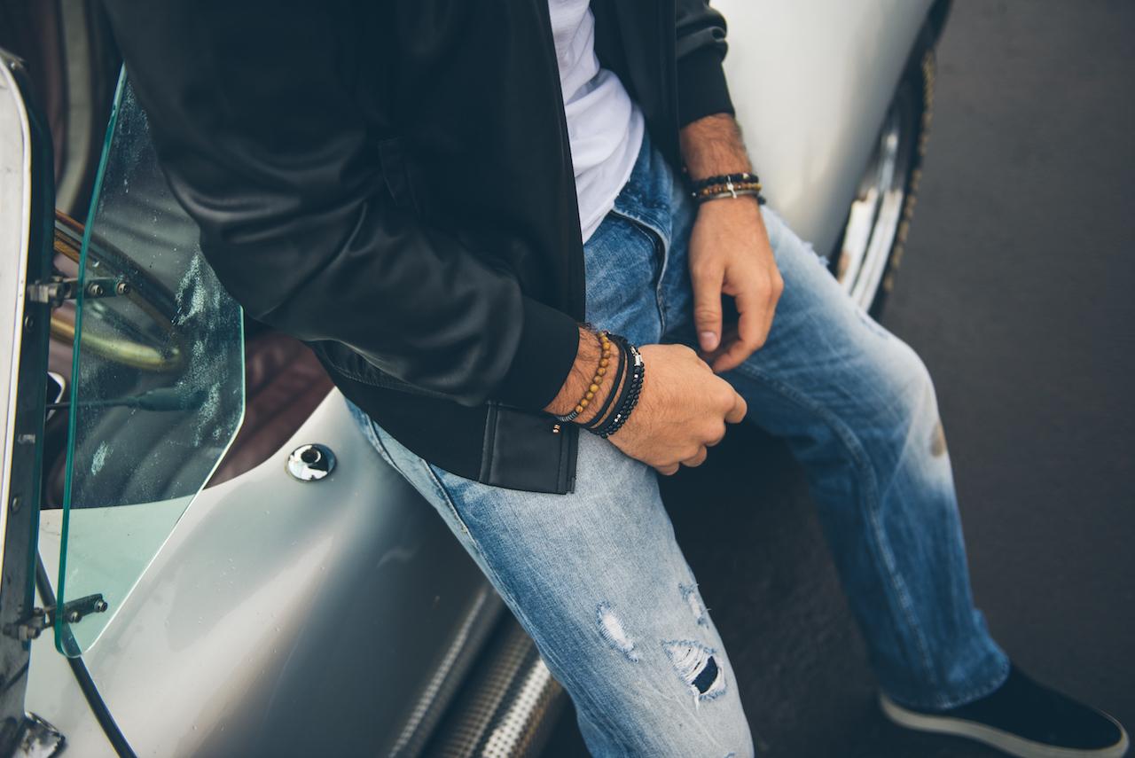 homem usando acessórios e jeans claro