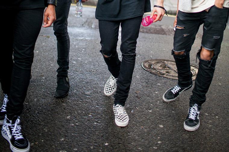 homens usando calça jeans