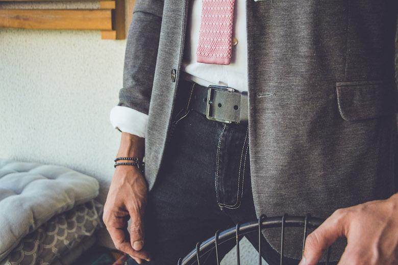 homem usando cinto