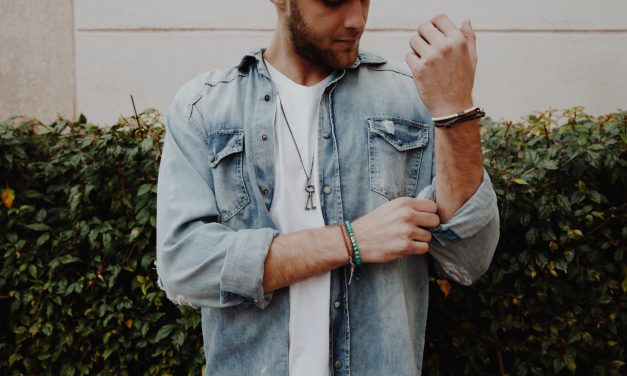 Aprenda como combinar camisa jeans masculina
