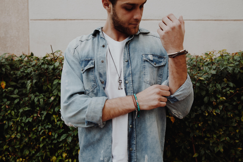 88a6a3bc8b Aprenda como combinar camisa jeans masculina