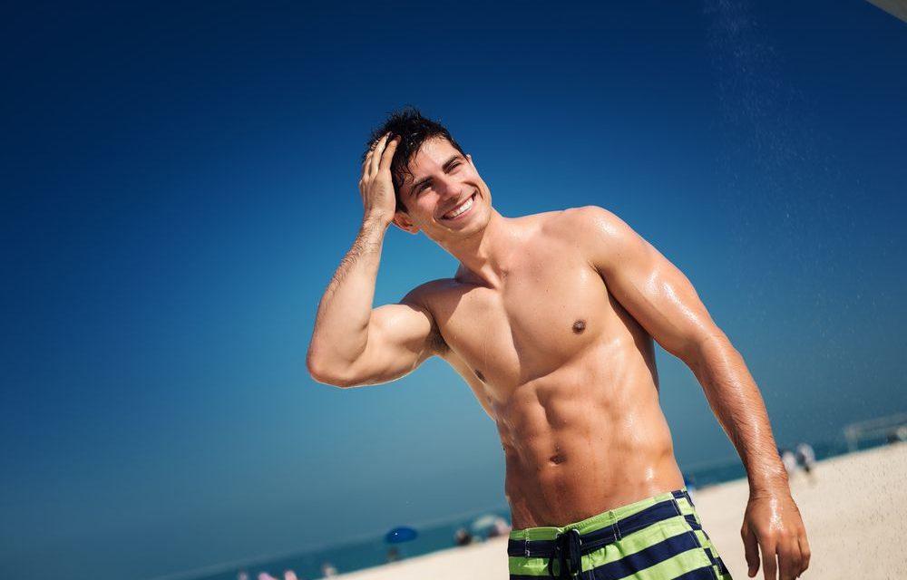 Moda praia masculina: o que vestir na próxima estação?